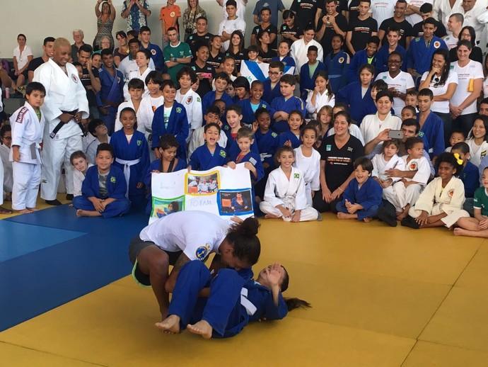 Rafaela Silva brinca com as crianças do Instituto Reação (Foto: Amanda Kestelman)