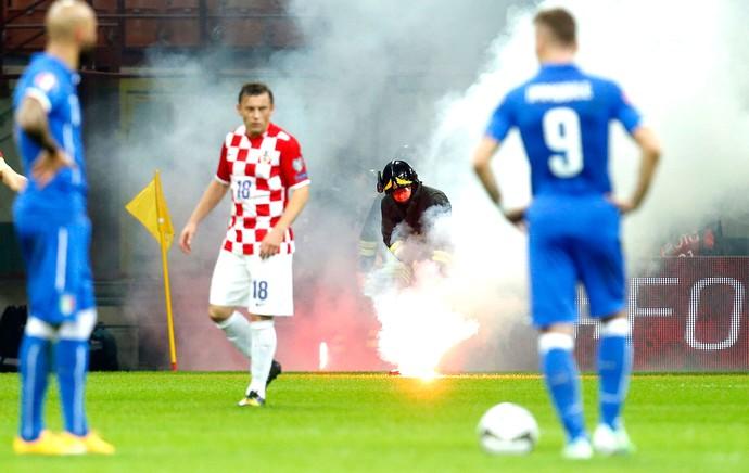 Confusão Torcida Itália X croácia  (Foto: Agência Reuters)