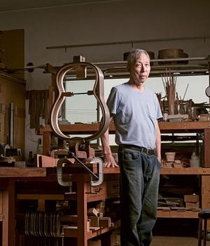 Shigemitsu Sugiyama, aos 74 anos. Ele aprendeu a fazer violões no Japão e, em 1976, montou sua oficina no Brasil (Foto: Camila Fontana)