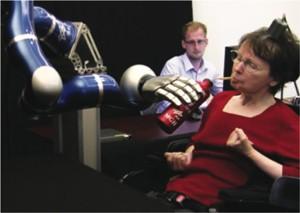 A paciente S3 usou o braço robótico para tomar um gole de café (Foto: braingate2.org/Divulgação)
