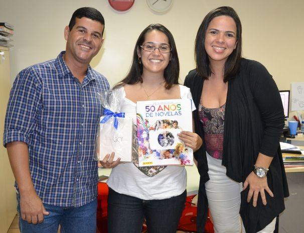 Tony Rodrigues, executivo de contas, e Bartira Birto, gerente de marketing, entregam prêmio para Carla Amazonas (Foto: Elson Mota / TV Sergipe)