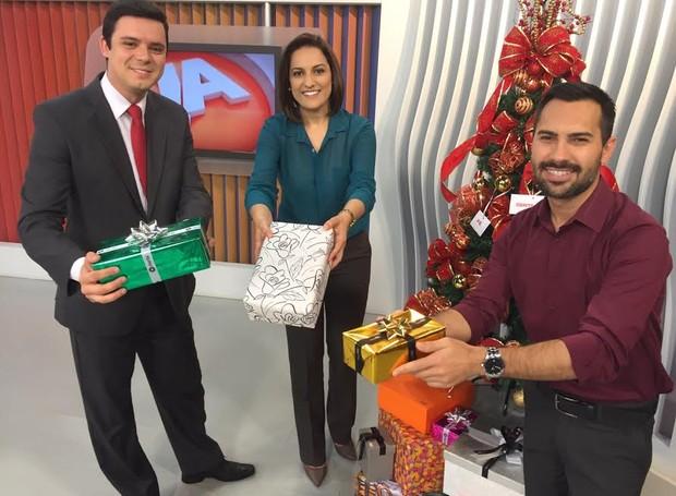 O repórter Marco Antonio (D) e os apresentadores do JA de Criciúma, Ricardo Dias e Eliane Gonçalves, apresentaram série nesta terça (Foto: RBS TV/Divulgação)