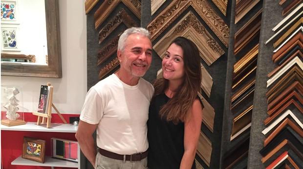 Everaldo Vieira e sua filha, Isabela, na loja localizada no Shopping Cassino Atlântico, no Rio de Janeiro (Foto: Divulgação/Everaldo Molduras)