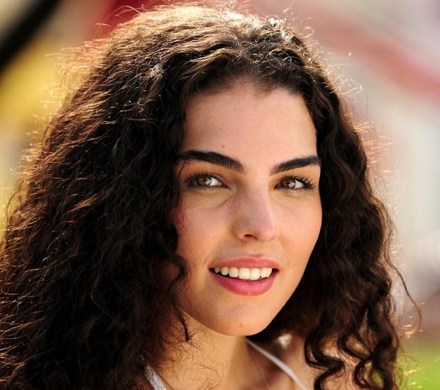 Jana aposta em um make básico com olhos e boca acesos (Foto: Geração Brasil/TVGlobo)
