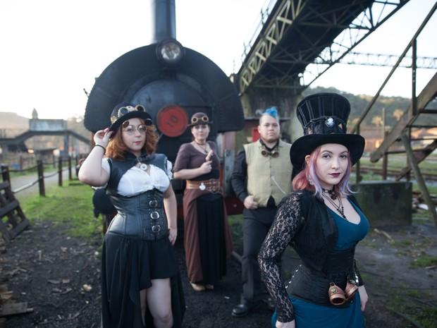 Grupo de veste com roupas do século XIX para participar de evento de steampunk em Paranapiacaba (Foto: Glauco Araújo/G1)