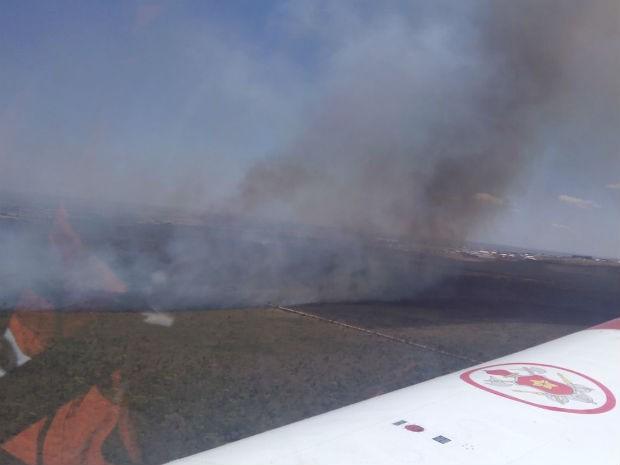 Visão do incêndio a partir da aeronave do Corpo de Bombeiros  (Foto: (Foto:Corpo de Bombeiros/Reprodução))