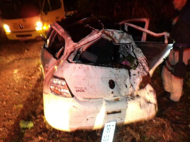 Segundo a Polícia Rodoviária Federal, veículo caiu de um barranco de cerca de 10 metros de altura às margens da BR-277 (Foto: Polícia Rodoviária Federal / Divulgação)