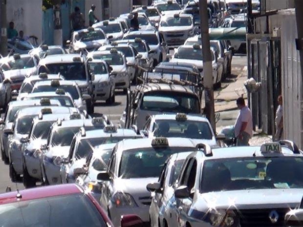 Táxis formam fila pelas ruas de Campinas em protesto (Foto: Reprodução / EPTV)