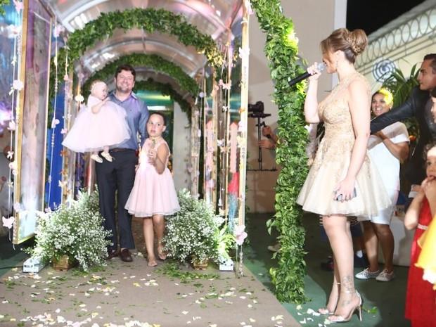Solange Almeida com as filhas Maria Esther e Estrela e com o empresário Wagner Miau em festa em Fortaleza (Foto: Josefa Coimbra/ Divulgação)