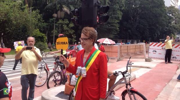 Fantasiado de presidente Dilma, o manifestante Vivaldo Alves viajou do Paraná a São Paulo para protestar, na Avenida Paulista (Foto: Bruno Calixto)