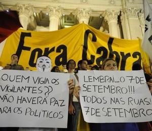 Manifestantes protestam em frente à Alerj contra o governador do Rio de Janeiro, Sérgio Cabral (Foto: Fernando Frazão/ABr)