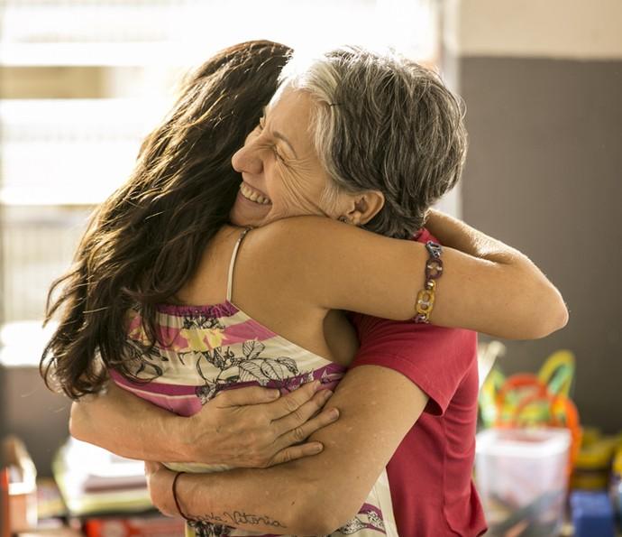 Que abraço gostoso esse da Vanessa Giácomo e Cassia Kis. Quem também quer? (Foto: Inácio Moraes/ Gshow)