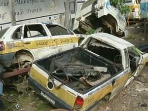 Frota de veículos oficiais sucateada em Paulo de Frontin (Foto: Reprodução/TV Rio Sul)