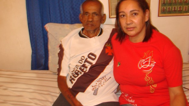 Fidélis, com a mulher Maria das Graças de Paula, na casa da família em São José dos Campos (SP) (Foto: Filipe Rodrigues/ Globoesporte.com)