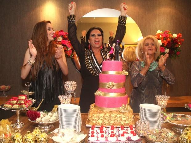 Solange Gomes comemora aniversário com a filha e a mãe em restaurante na Zona Oeste do Rio (Foto: Thyago Andrade/ Foto Rio News)