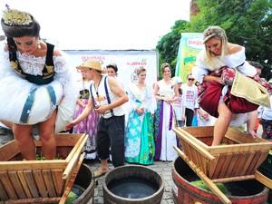 Prova de Amassar Uvas com os Pés faz parte da Olimpíada Colonial (Foto: Luiz Chaves/Festa da Uva)
