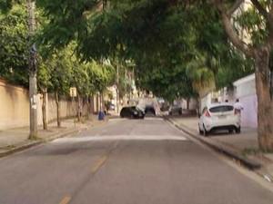 Moradores fizeram imagens de quebra-molas construídos por traficantes em rua na Praça Seca (Foto: Reprodução/Notícias Rio Brasil)