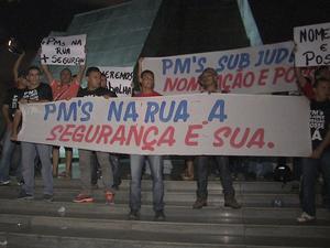 Policiais protestam em frente à Assembleia Legislativa (Foto: TV Verdes Mares/Reprodução)