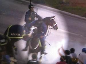 Imagem capta momento em que flecha atirada por indígena atinge perna de policial durante protesto em Brasília (Foto: Reprodução/TV Globo)
