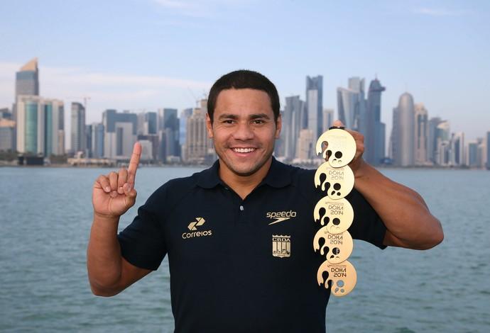 Felipe França posa com medalhas em Doha (Foto: Satiro Sodré/SSpress)