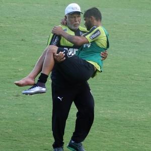 Carlos se machuca e sai carregado do treino do Atlético-GM (Foto: Guilherme Frossard)