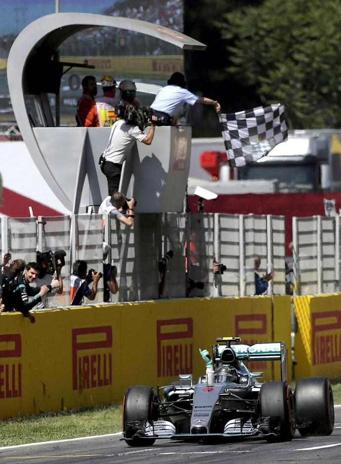 Nico Rosberg recebe bandeirada da vitória no GP da Espanha (Foto: EFE)