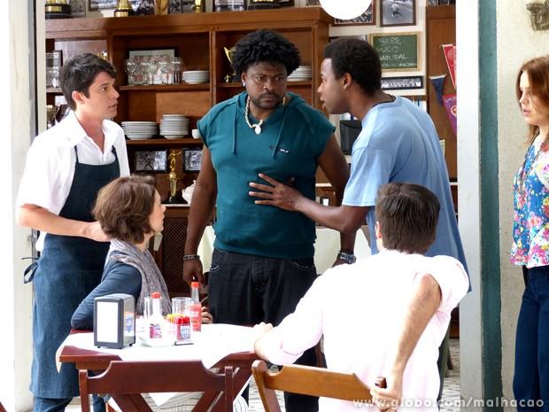 Cara de poucos amigos! Cadelão encontra Martin no embaixda  (Foto: Malhação/TV Globo)