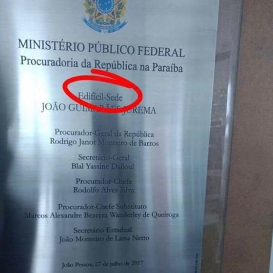Placa com erro na sede da Procuradoria da República na Paraíba  (Foto: Reprodução)
