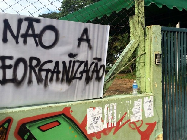 Alunos ocuparam escola durante a madrugada em Araraquara (Foto: VC no G1)