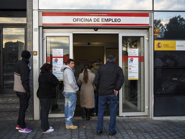 Espanhóis fazem fila à procura de vagas em escritório de emprego do governo em Madri (Foto: Andrea Comas/G1)