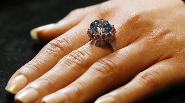 Um raro diamante azul 7,59 quilates é fotografado nas salas de leilões da Sotheby, em Londres. O anel e outras joias serão   leiloadas no dia 7 de outubro (Foto: AP Photo/Kirsty Wigglesworth)