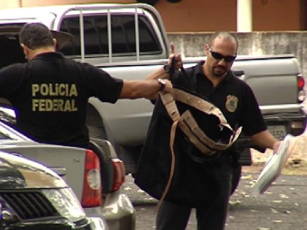 Policiais federais levam documentos presos durante Operação Fratelli (Foto: Reprodução / TV Tem)