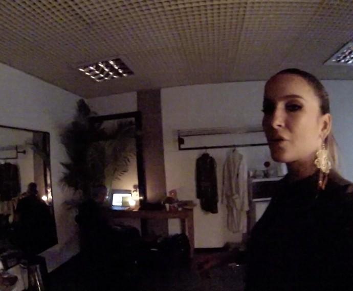Claudia Leitte se prepara para cantar em seu camarim (Foto: Gshow)