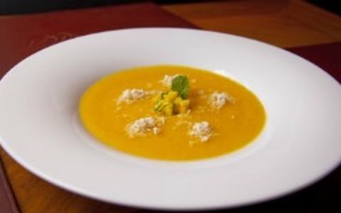 Sopa de manga com gengibre e farofa de castanha-do-pará