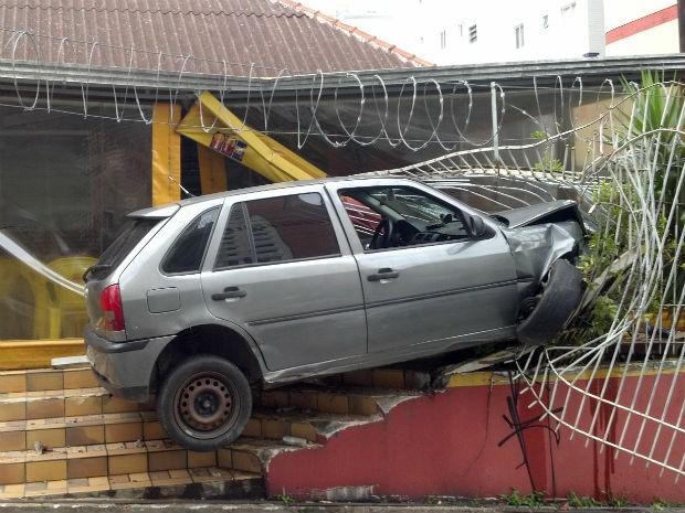 Carro ficou preso na grade do restaurante  (Foto: Luciano André Valmorbida / Arquivo Pessoal)