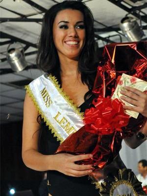 Helena Moraes ao receber o título de Miss Leme 2011 (Foto: Arquivo pessoal)