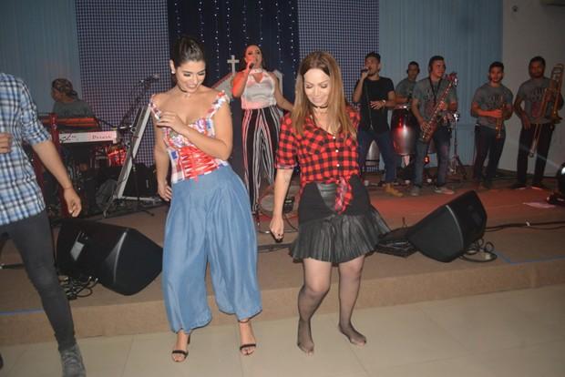 Vivian Amorim e Solange Almeida em festa em Fortaleza (Foto: Felipe Souto Maior/AgNews)