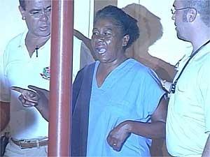 A mãe do jogador Grafite, Ilma de Castro Libânio, deixa o hospital de Artur Nogueira após fim do sequestro (Foto: Reprodução EPTV)