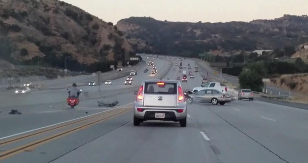 Carro colidiu com outros carros (Foto: BBC)