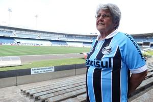 Uma mulher, 85 anos e 3 casas: Dona Ana chora fim do Olímpico (Lucas Rizzatti/Globoesporte.com)