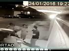 Criminosos assaltam família no RJ e homem é agredido mesmo sem reagir