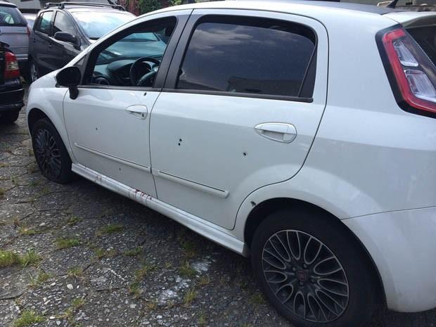 Carro de comerciante ficou com várias marcas de tiros (Foto: Solange Freitas/TV Tribuna)