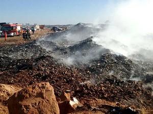 Bombeiros trabalham para conter incêndio no lixão da Estrutural, no DF (Foto: Isabella Formiga/G1)