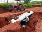 Carro cai em buraco aberto em estrada rural de Mirante do Paranapanema