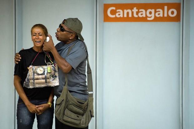 Homem e mulher simulam sequestro dentro de metrô (Foto: Christophe Simon/AFP)