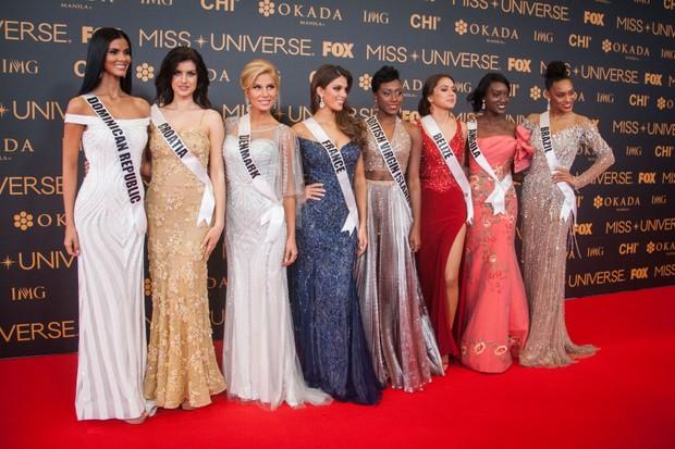 Candidatas ao Miss Universo posam em tapete vermelho em um dos eventos pré-coroação. Da esquerda para a direita, as candidatas da República Dominicana, Croácia, Dinamarca, França, Ilhas Virgens Britânicas, Belize, Angola e Brasil (Foto: Getty Images)