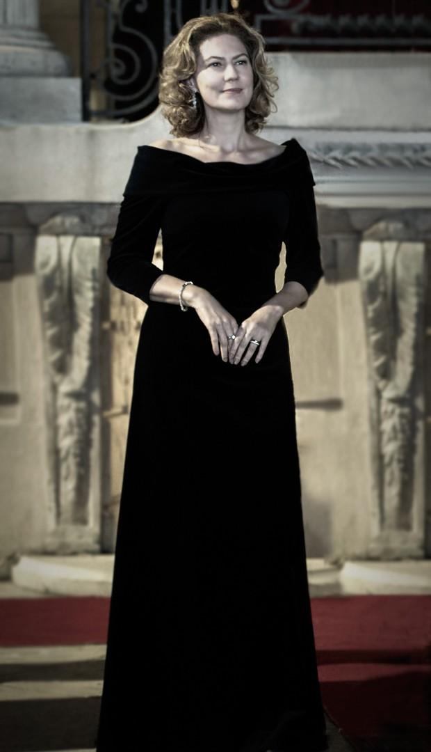 Angela Mahler representa a rainha da festa, por isso veste um longo de veludo (Foto: Estevam Avelar / TV Globo)