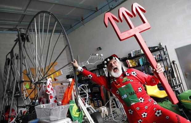 'El Diablo' posa com tridente ao lado de bicicleta comemorativa da Copa do Mundo no Brasil (Foto: Fabrizio Bensch/Reuters)