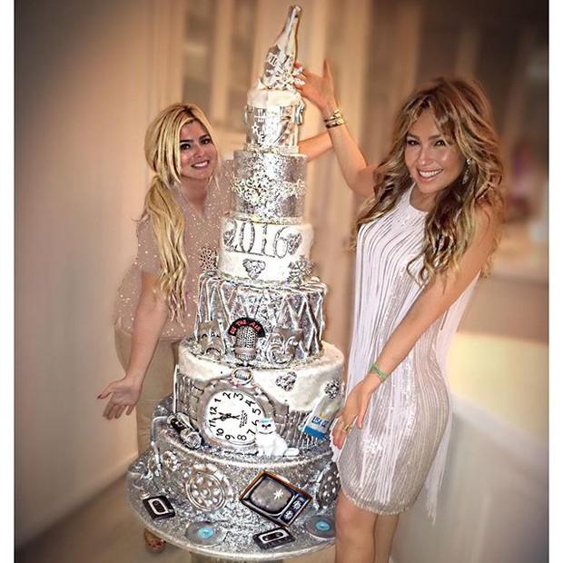 Thalia com o bolo ostentação da sua festa de Réveillon (Foto: Reprodução/Instagram)