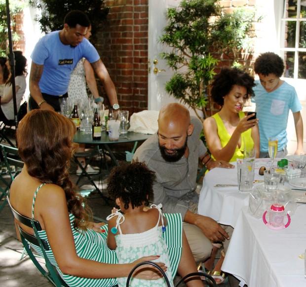 Beyoncé e Solange Knowles com a família (Foto: Site Oficial / Reprodução)